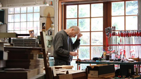 Emmanuel Odin travaillant dans son atelier